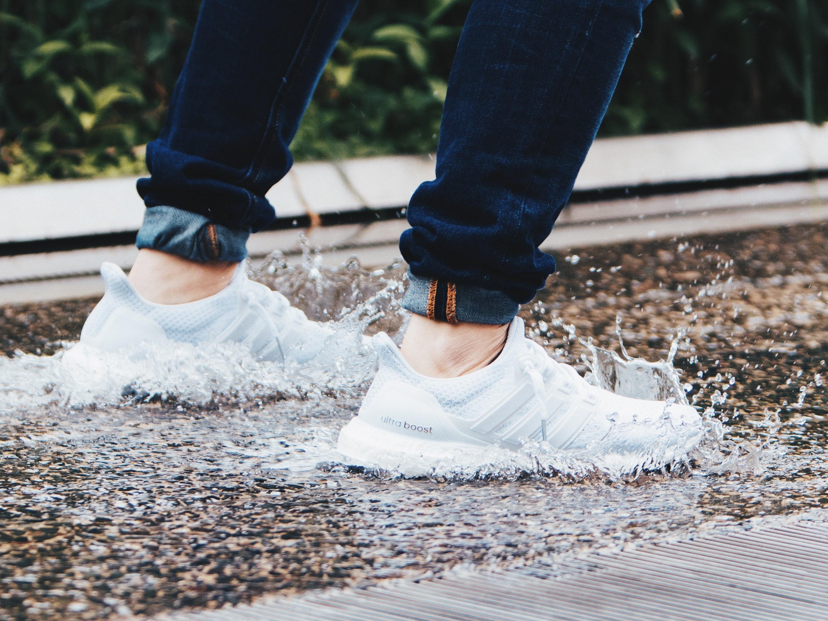 Zo worden jouw witte sneakers weer stralend wit!